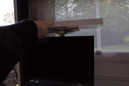 TV holderen køres ned i bænken når den ikke er i brug