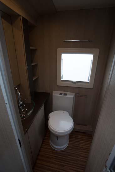 Og så lige det flotte tværstillede badeværelse i 743 UX