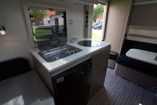 Bemærk hvor meget køkkenbordsplads der er trods den kompakte vogn