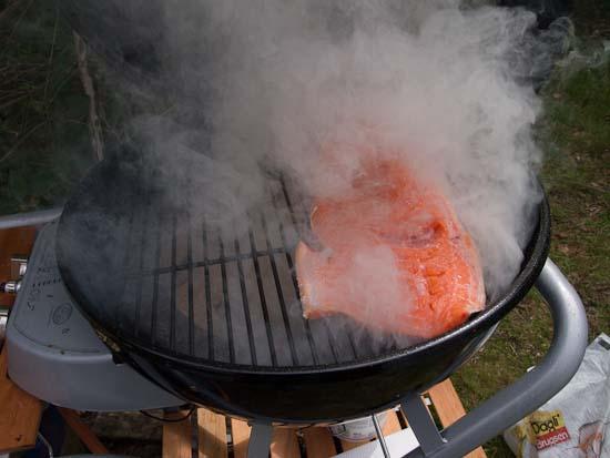 Så er laksen kommet over briketterne og rygeflis i en gasgrill