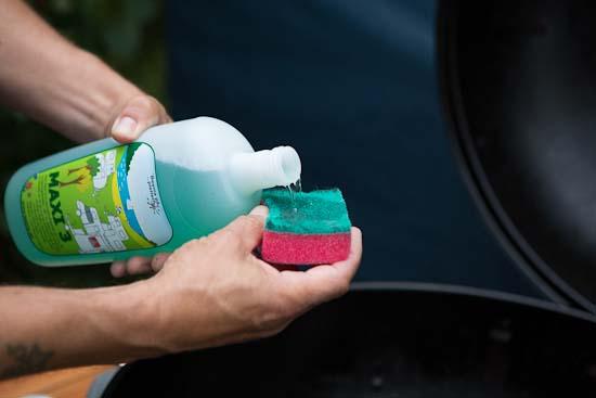 Først bruger vi ufortyndet Maxi 3 på en fugtigt grydesvamp. Vi bruger den grove side af svampen, for det skal grillen kunne tåle