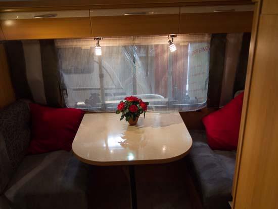 Indvendigt fejler højden intet og vognen er indrettet som en traditionel campingvogn. Fås både som her med enkeltsenge og med dobbeltseng.