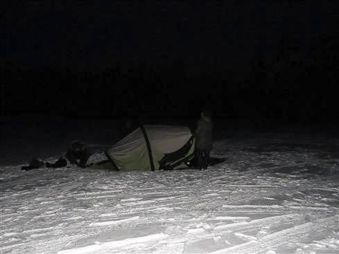 Det er nærmest 'sort arbejde' at slå et telt op i mørke