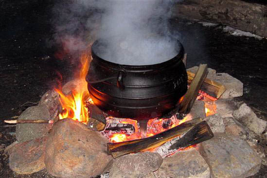 Aftensmaden laves over bål