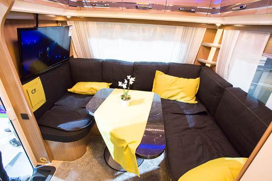 Fendt Tendenza 515 SGL CCC VENTI har en stor Lounge-siddegruppe med masse af plads