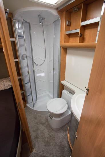 Denne model er indrettet med et stort badeværelse med separat brus
