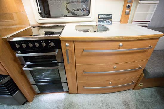 Køkkenet i Saphir 560 FHD har masse af plads til opbevaring og god plads til at lave mad.