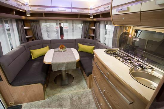 Siddegruppen i Bianco Selection 465 SFB er ligeledes hyggelig og giver god plads til både at spise og til at slappe af.