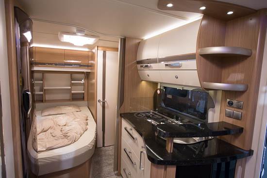 Et kig ned gennem Fendt Tendenza 465 SFB. Bemærk detaljen med de tre spots i loftet ved køkkenet.