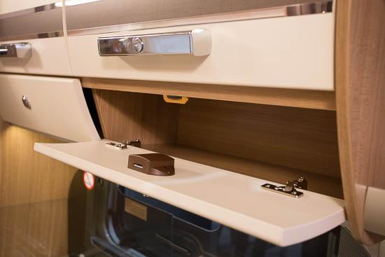 Smart detalje i overskabene i køkkenet. Der er små skabe under de store skabe i stedet for åbne hylder.