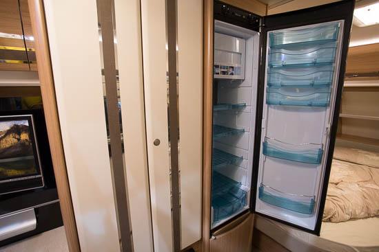 Det store Slim-Tower køleskabe på 140 liter. Bemærk også de blanke indlæg i skabslågerne.