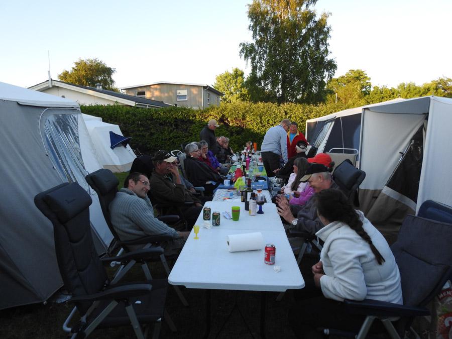 Aftensmaden blev indtaget traditionen tro med langbord, hvor alle spiste sammen og hyggede sig