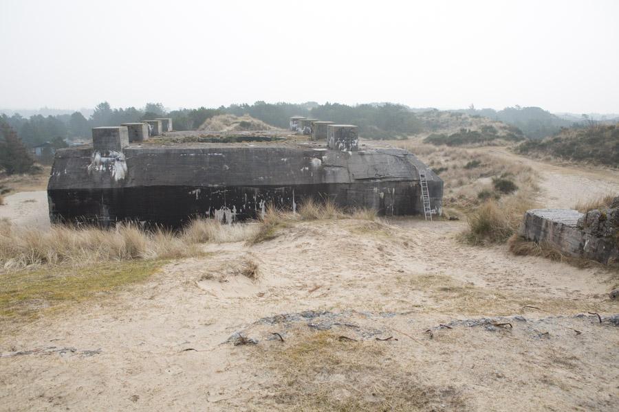 Den gamle kanonstilling ligger som en kolos i sandet som et vidnesbyrd om Atlantvolden, Hitlers enorme bunkers-projekt. Murene i bunkerne er af 3,5 m. tyk beton, og de var designet til at kunne modstå en direkte træffer af en 1.200 kg. bombe.