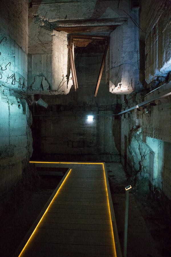 Man kan stadig se forvredet jern og ødelagt beton i bunkeren, og det vidner om hvor stærk en konstruktion bygningen er.