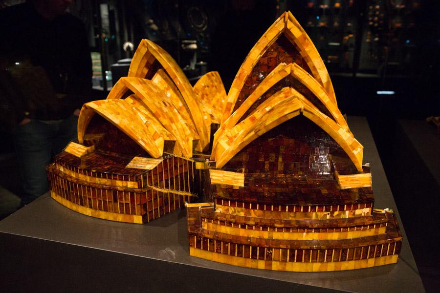 En model af Operahuset i Sidney – lavet i rav