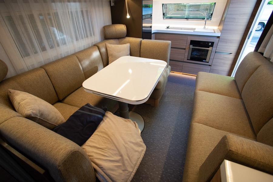 Adria Alpina 663 HT er indrette med et stort køkken forrest i campingvognen. Det var en af de ting vi vægtede højt ved valgte af ny campingvogn.