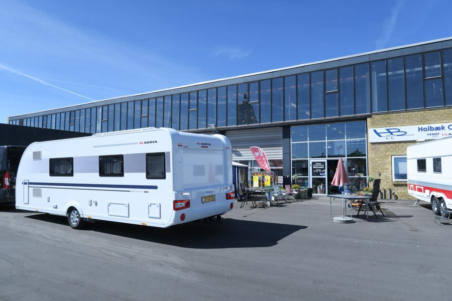 Så er vores nye campingvogn hægtet på krogen, og vi er på vej hjem fra Holbæk Caravan Center