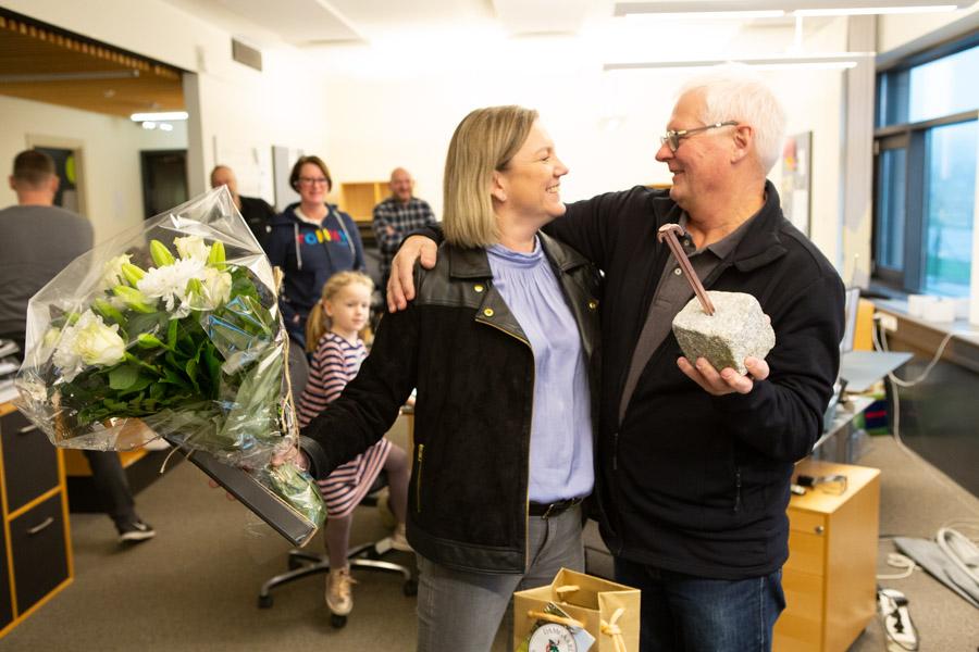 Tommy Boisen blev både glad og overrasket, da Ann Karina fra AltOmCamping.dk overraskede ham på hans sidste arbejdsdag, og overrakte ham æresprisen.
