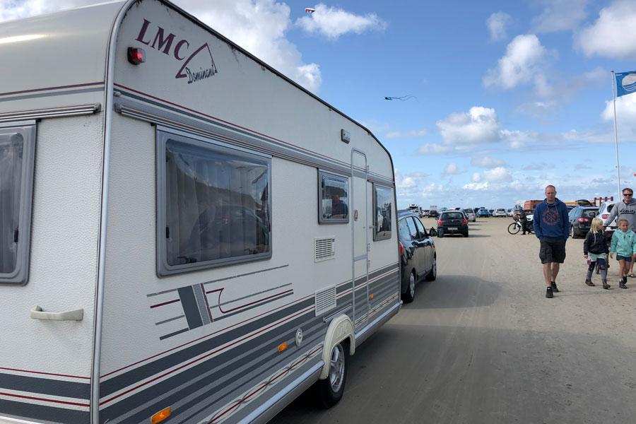 Mange tager deres campingvogn med helt ned på stranden - og det er fuldt lovligt bare så længe man ikke overnatter