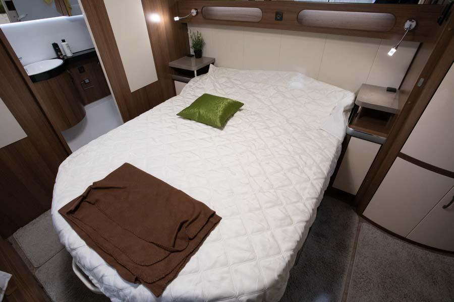Der er fin plads til at bevæge sig rundt om sengen, og om natten kan sengen skubbes lidt ind, så der bliver endnu mere plads rundt om sengen.