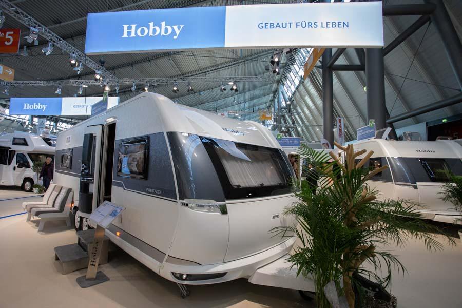 Hobby Prestige 720 WQC er på to aksler, og har en totallængde på 904,2 cm. Totalvægten er 2.200 kg. og bredden er på 250 cm.