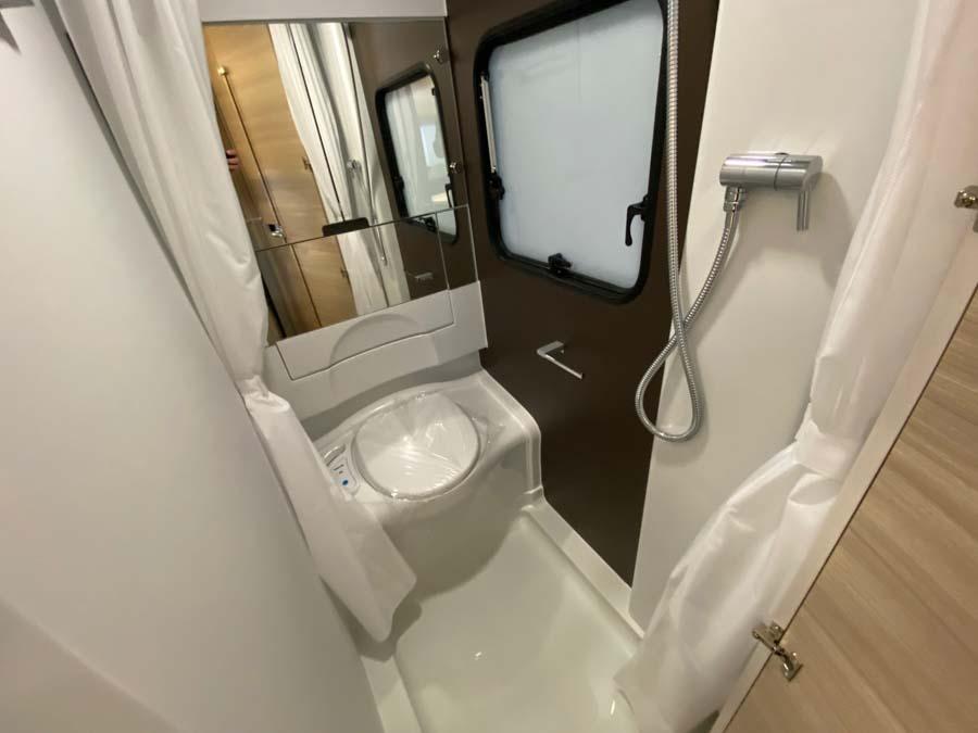 Toiletrum med brus