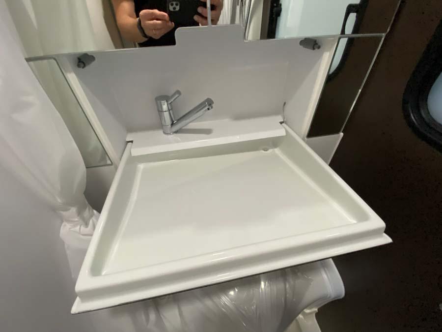 Bemærk Ergo-vasken. Den kan klappes op når den ikke er i brug. Det giver mere plads.