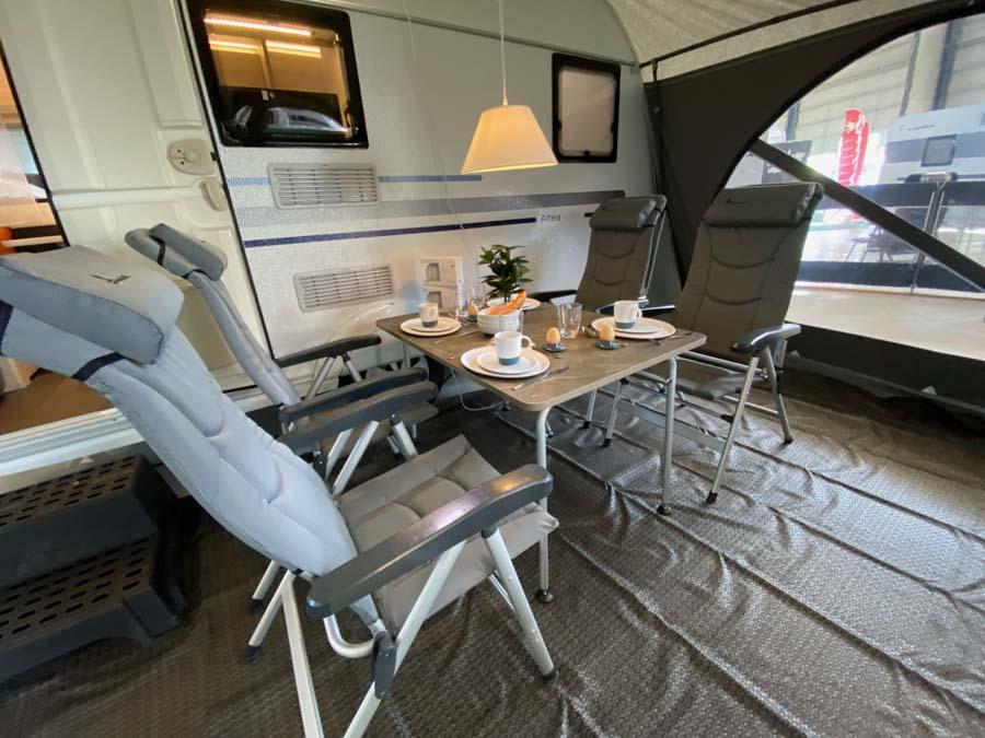 Også campingmøbler og campingservice er med i pakken