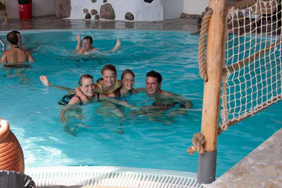 Hele familien har det sjovt i badelandet