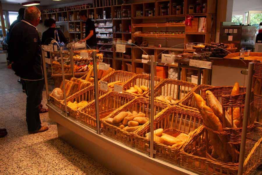 Man kan købe frisk brød og kager