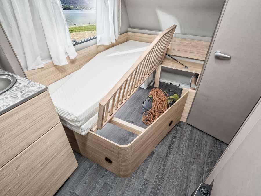 Fin plads til opbevaring under sengen i CaraCito 450 FU