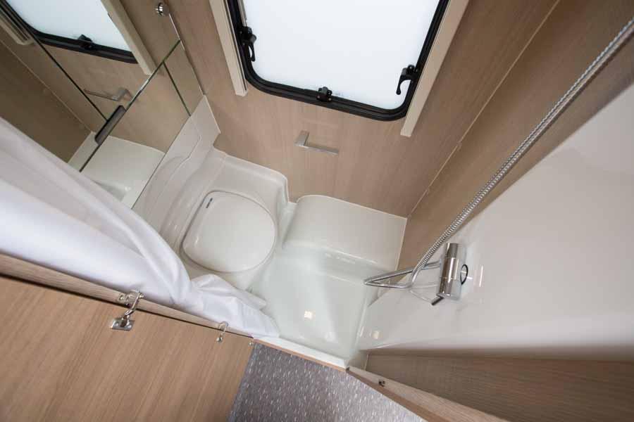 klapbar håndvask - her er den klappet op så toilettet kan benyttes