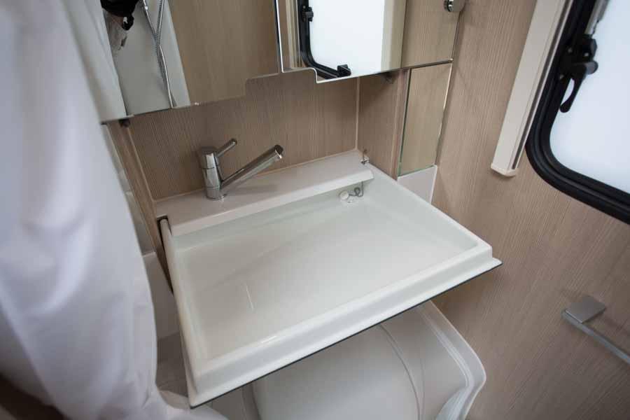her er vasken klappet ned over toilettet
