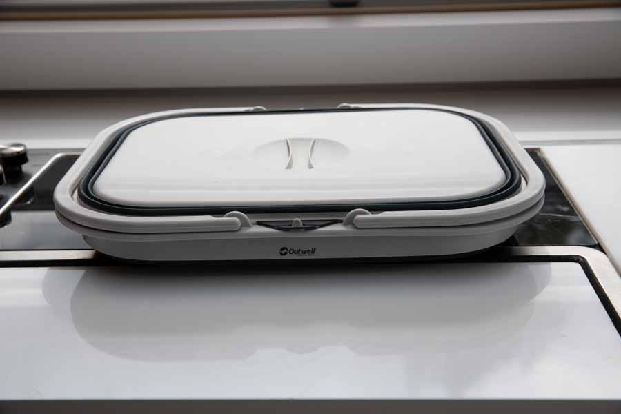 Opvaskebaljen fylder næsten ingenting når den er klappet sammen