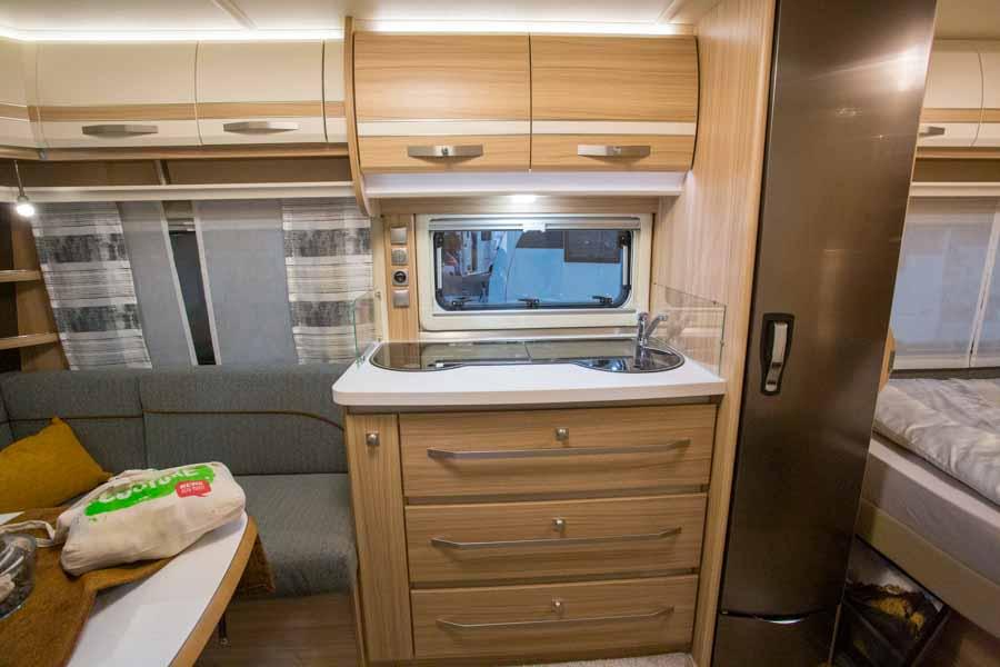 Et af de mindre køkkener. Men køleskabet stort