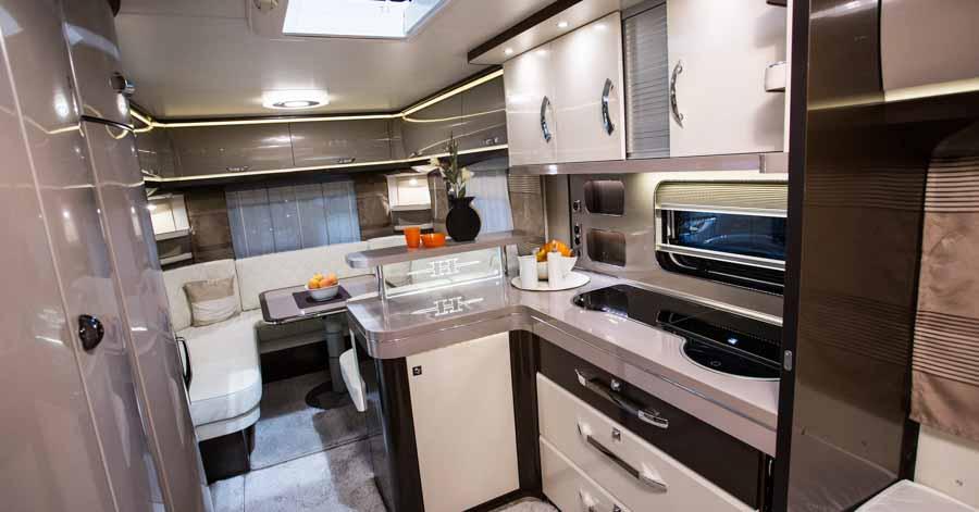 Denne Hobby har stort stort vinkelkøkken med masser af skabe og skuffer samt et stort køleskab