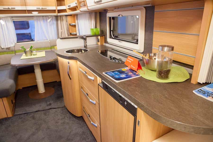 Kæmpe køkkenbord med masser af plads. Bemærk køleskabet under køkkenbordet.