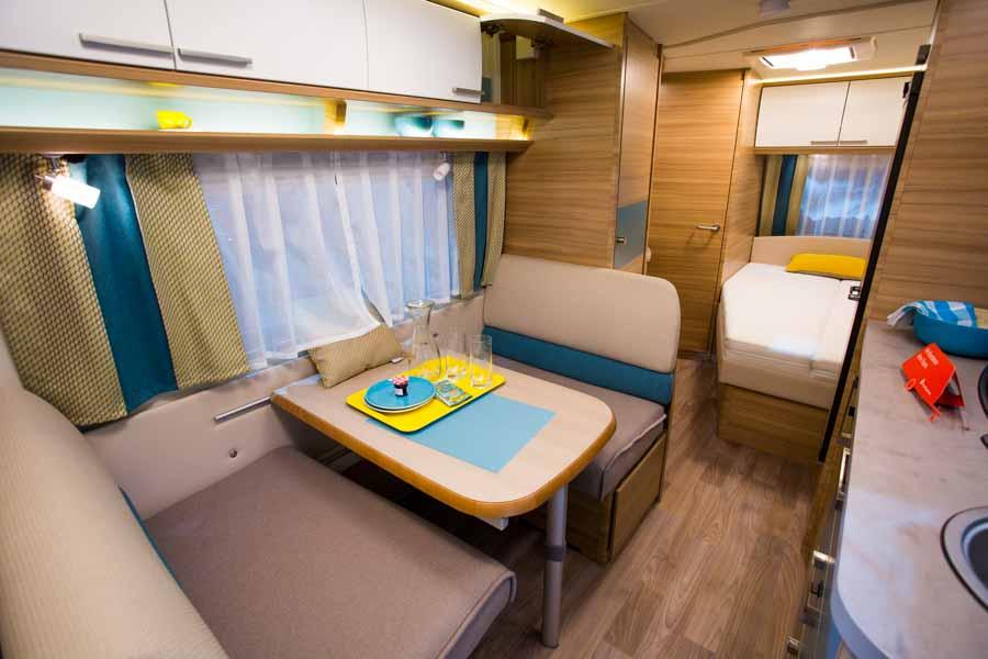 Mindre siddegruppe i ny campingvogn
