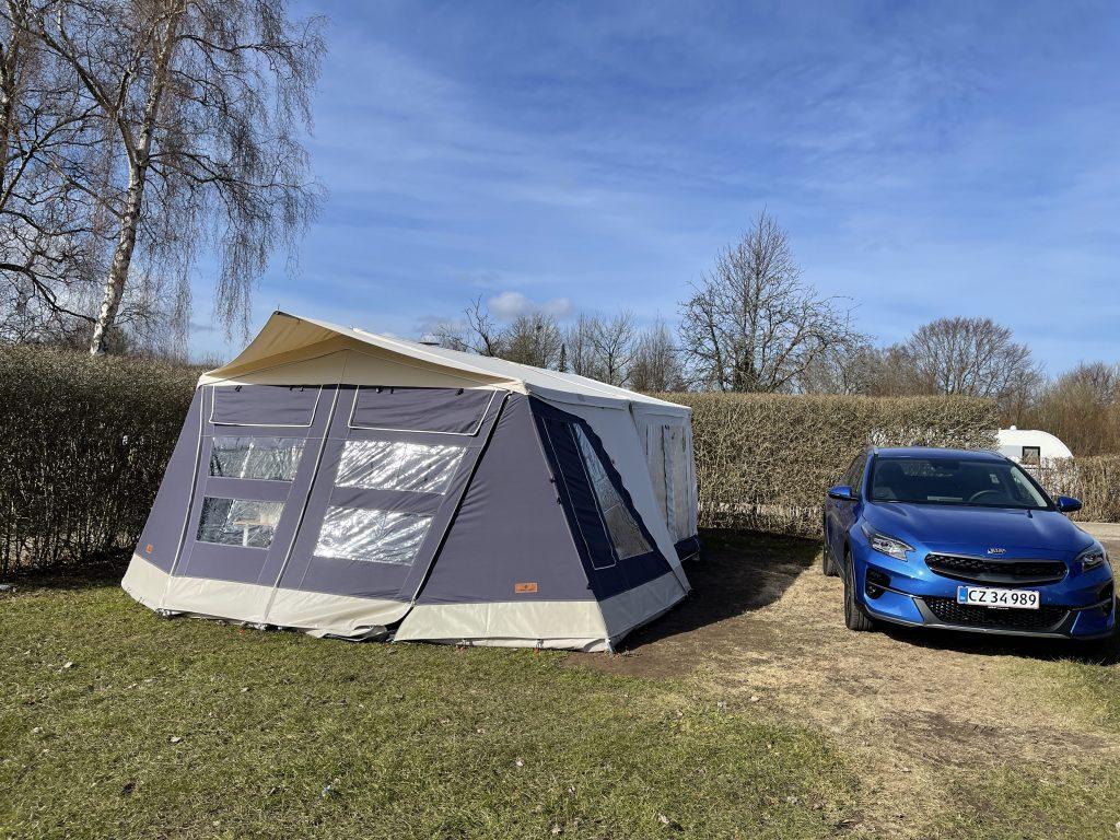 Så er vi på plads i vores Combi-Camp på Ajstrup Strand Camping
