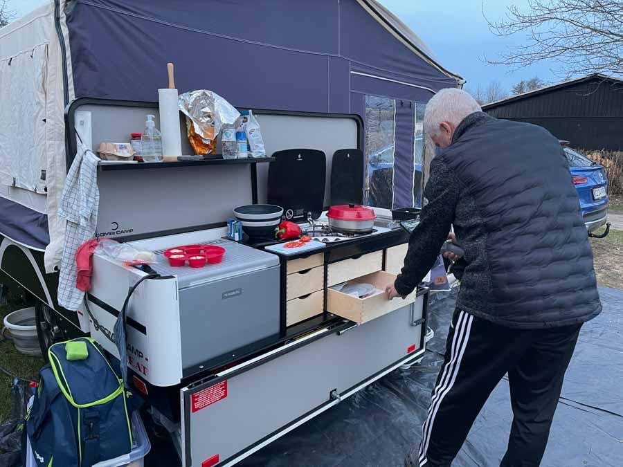 Køkkenet er i det fri når der ikke er fortelt på Combi-Campen
