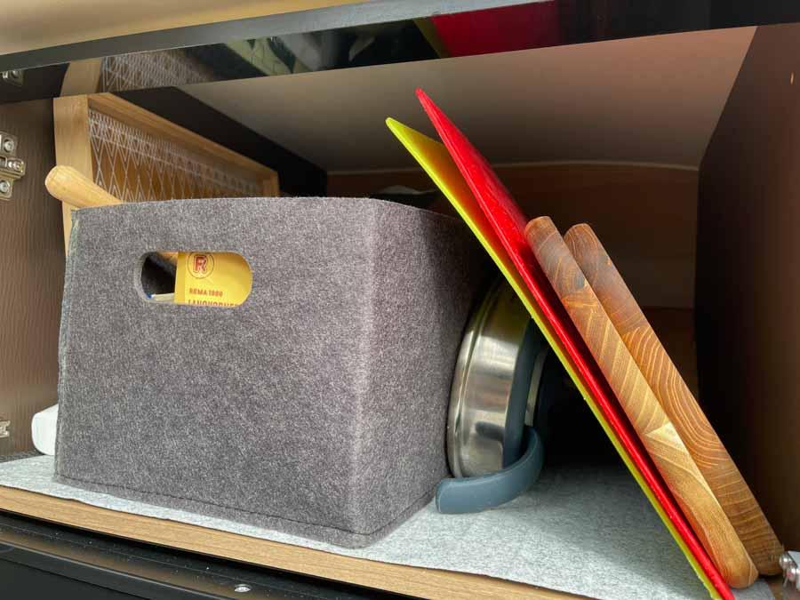 Og de tunge træskærebræt fra da vi lå fast i vinter skal vist også ud_Oprydning i campingvogne