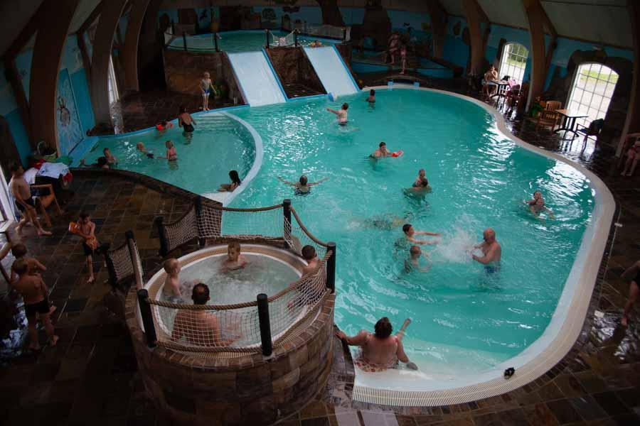 På First Camp Hasmark Strand er der stort indendørs badeland for hele familien