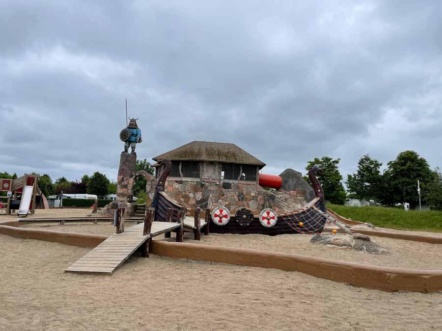 På den store legeplads ser man tydeligt temaet på campingpladsen