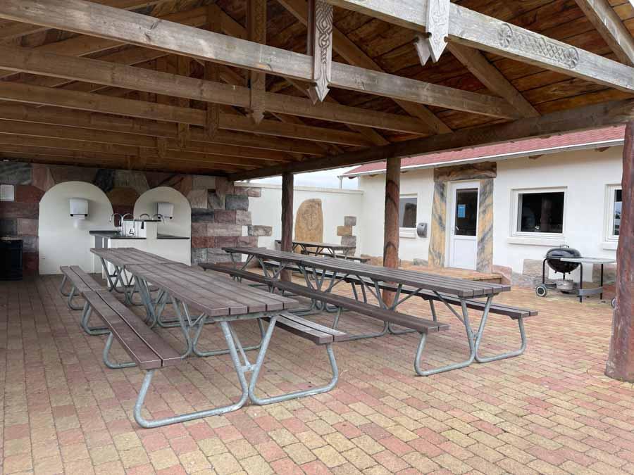 På Hasmark Strand Camping er der flere steder hvor man kan sidde ude og nyde sin mad på overdækkede terrasser