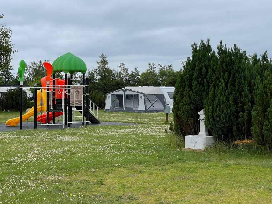 Flere steder på campingpladsen er der mindre legepladser