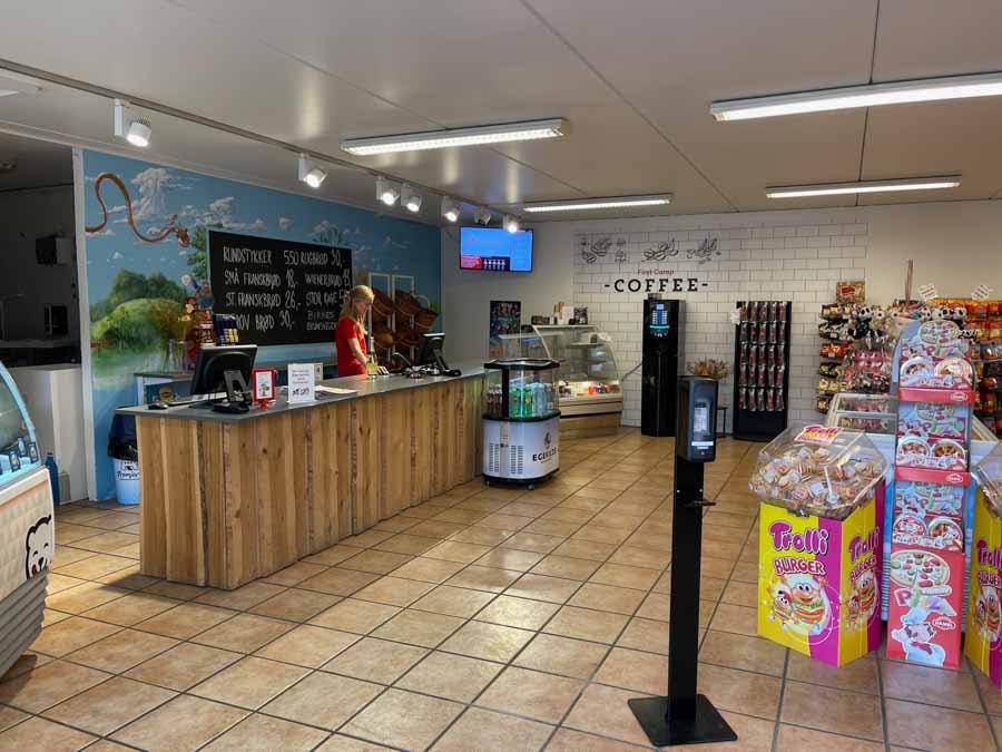 I butikken kan du købe de mest gængse madvarer, is og frisk morgenbrød. Eller en friskbrygget kop kaffe