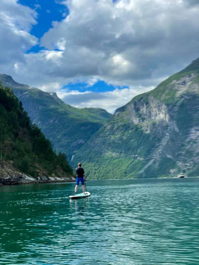 sup board på geiranger fjorden